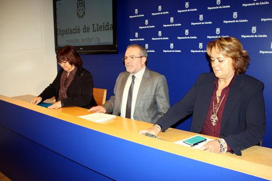 El president de la Diputació de Lleida, Joan Reñé, amb la vicepresidenta Rosa Maria Perelló, i la cap de l'àrea d'organització i gestió de la institució, Marlen Minguell. Imatge del 14 de novembre del 2016