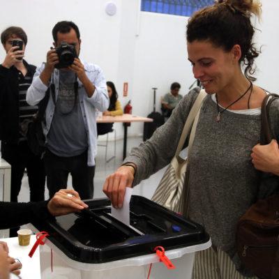 Una noia introduint el vot a l'urna, al CCCB, l'1-O
