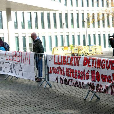 Dues pancartes demanant la llibertat dels CDR detinguts davant la Ciutat de la Justícia