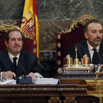 A l'esquerra, Andrés Martínez Arrieta, juntament amb Manuel Marchena, en la vista per revisar el recurs d'Urdangarín pel cas Noos