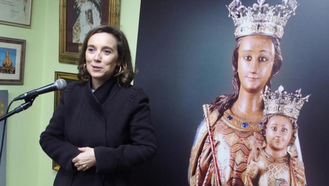 Cuca Gamarra, al costat d'una imatge de la Mare de Déu de l'Esperança/ Twitter @pplogrono