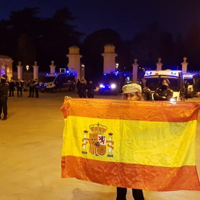 Una unionista, davant el Palau de Pedralbes de Barcelona