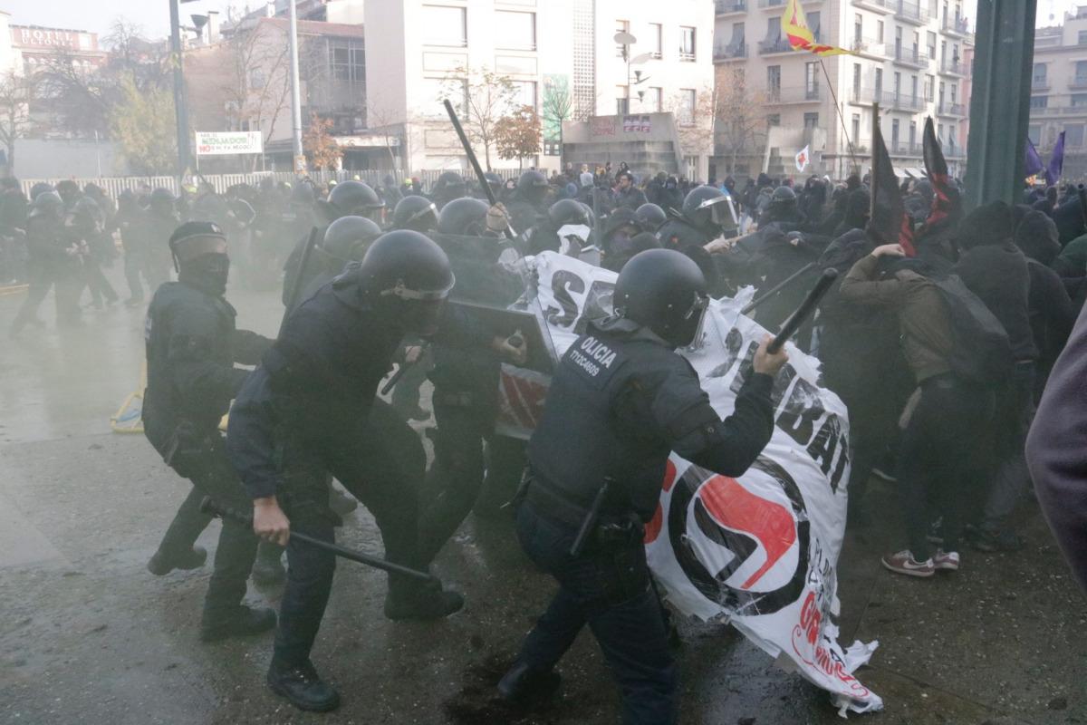 Els Mossos d'Esquadra van acabar carregant contra els antifeixistes que protestaven per l'acte de Vox a Girona