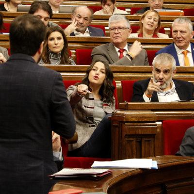 El vicepresident del Govern, Pere Aragonès, d'esquena en un primer pla, amb els líders de Ciutadans, Inés Arrimadas i Carlos Carrizosa, al fons assenyalant-lo