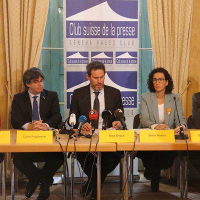 Maria Sirvent, Carles Puigdemont, l'advocat Nico Krisch, Marta Rovira i Ernest Benach en compareixença conjunta a Ginebra, el 20 de desembre de 2018