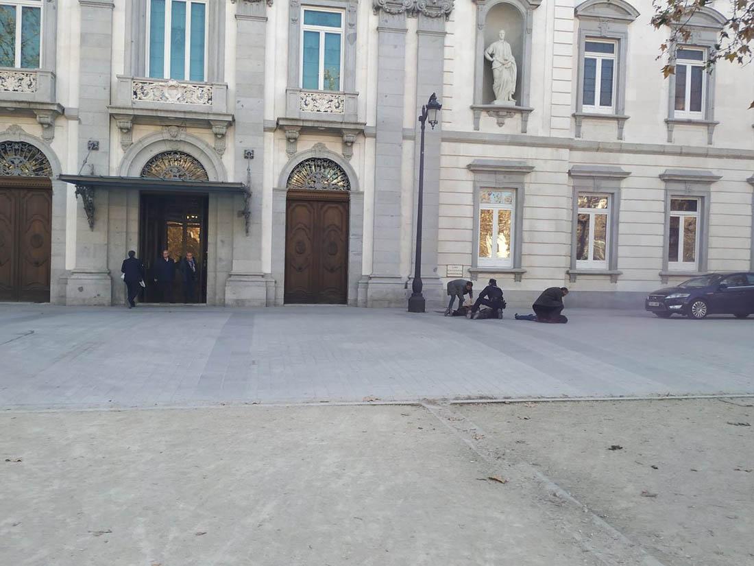 Militants d'Arran reduïts per la policia a Madrid /Twitter @Arran_jovent