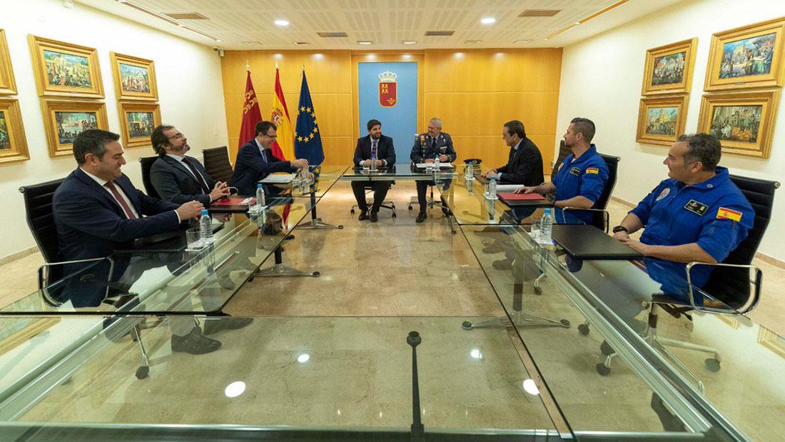 El president de Múrcia, Fernando López Miras, estudia com tenir la bandera espanyola més gran de l'Estat/Twitter @LopezMirasF