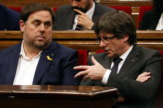 Oriol Junqueras i Carles Puigdemont, en una imatge d'arxiu al Parlament de Catalunya / ACN