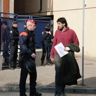 Sortida de l'alcalde de Verges, Ignasi Sabater, de la comissaria de la Policia Nacional a Girona