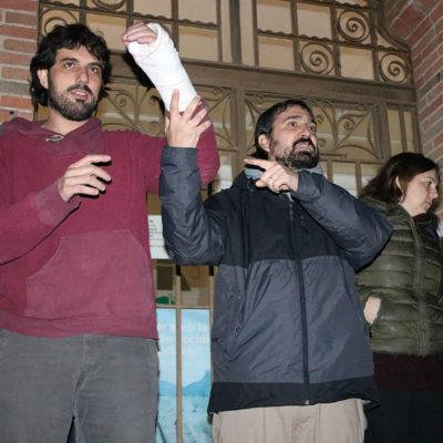 L'alcalde de Verges, Ignasi Sabater, mostrant la mà enguixada arran de la detenció juntament amb l'alcalde de Celrà, Dani Cornellà durant la concentració a Celrà el 16 de gener del 2019