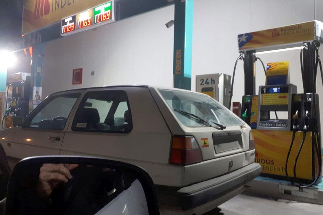 El cotxe aparcat a la benzinera de Petrolis Independents de Torroella de Montgrí/ ACN