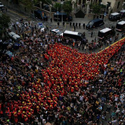 Bombers protesten a la delegació del govern espanyol durant l'aturada general de país el 3-O/ Twitter @ANC_Bombers