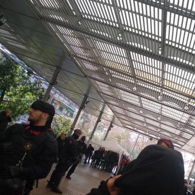 Mossos d'Esquadra protegeixen una carpa de VOX/ Twitter @CDRNouBarris