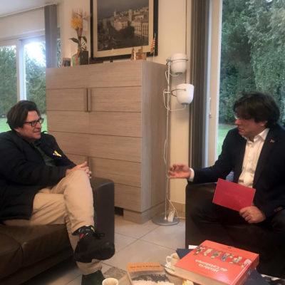 Carles Puigdemont conversa amb Pedro I. Altamirano/ Las Repúblicas