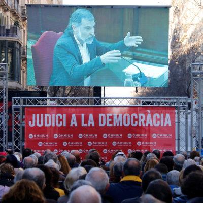 Centenars de persones van seguir la declaració de Jordi Cuixart al Suprem