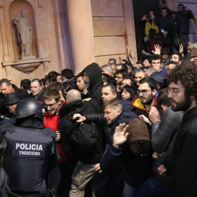 Un moment tens de la concentració a la porta de la subdelegació del govern a Lleida el 25 de març del 2018