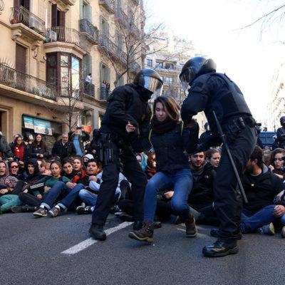 Els Mossos d'Esquadra desallotgen una de les concentrades davant la Fiscalia Superior de Catalunya en protesta pel judici de l'1-O