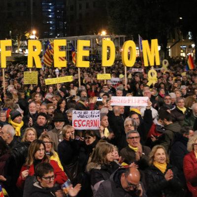 Manifestants a la plaça de Catalunya de Barcelona reclamant la llibertat dels presos polítics