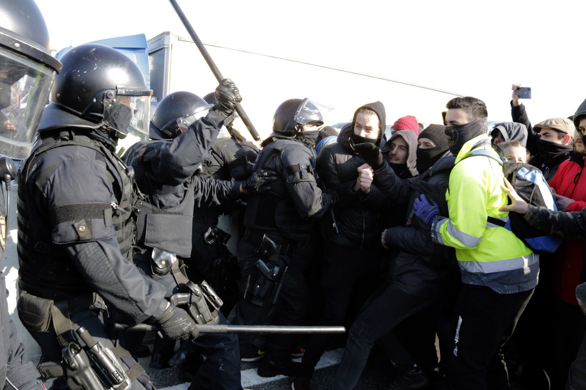 Els Mossos carregant per desallotjar l'AP-7 a Medinyà, la vaga general del 21-F