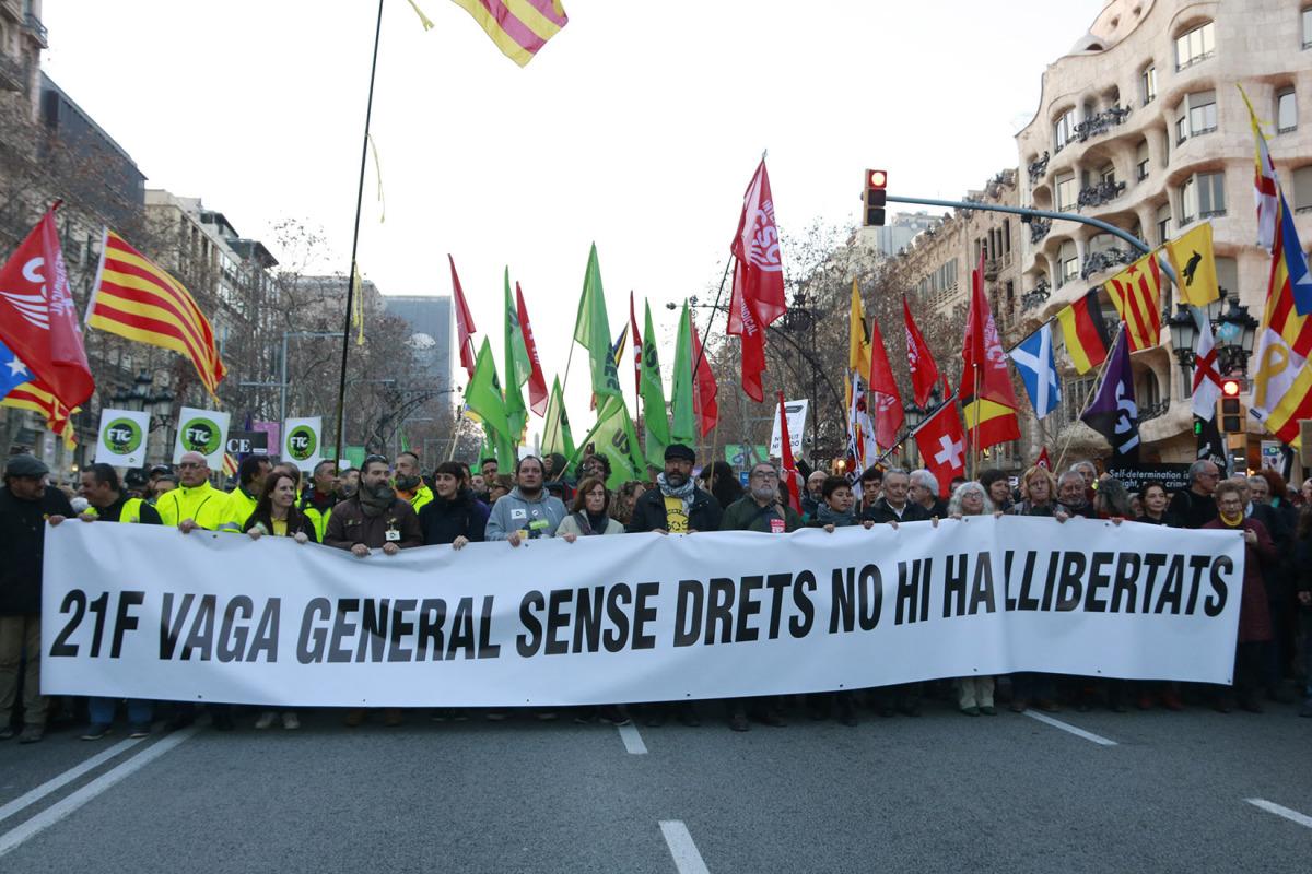 La capçalera de la manifestació de la tarda durant la vaga general del 21-F a Passeig de Gràcia en contra del judici de l'1-O