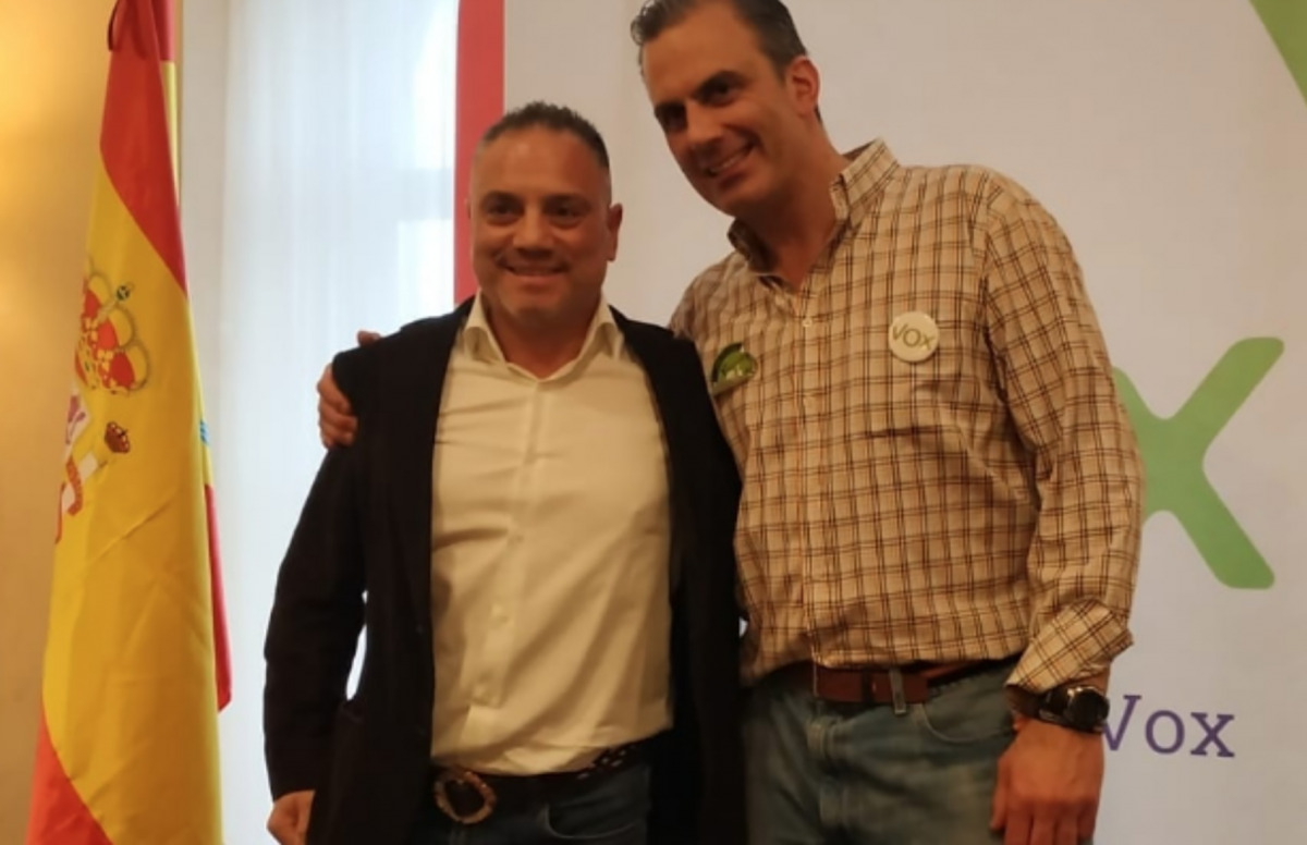 José Ignacio Vega Peinado posa somrient al costat del secretari general de VOX, Javier Ortega Smith