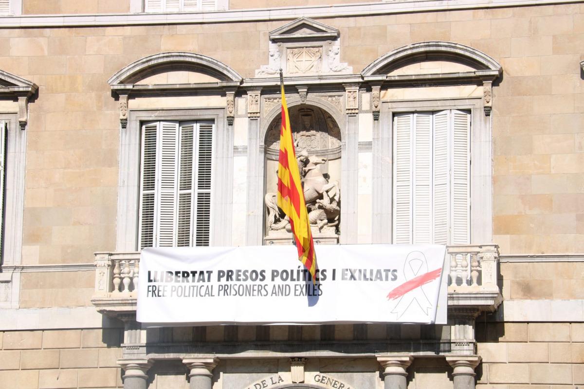 La pancarta amb un llaç blanc i una franja vermella que substituïa la del llaç groc