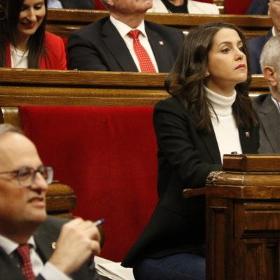 El president de la Generalitat, Quim Torra, desenfocat en primer pla i Inés Arrimadas, enfocada en segon pla al Parlament