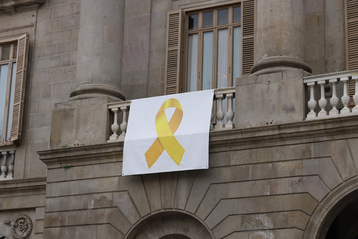 La pancarta amb el llaç groc que hi havia a la façana de l'Ajuntament de Barcelona