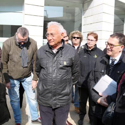 El veí de la Mariola, Enric Sirvent, parla amb algunes de les persones que han anat a donar-li suport, a la sortida de la declaració al jutjat d'instrucció 4 de Lleida