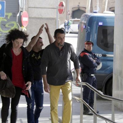 Els dos veïns de Vilademuls investigats entrant a declarar acompanyats de la seva advocada, el 26 de febrer del 2019