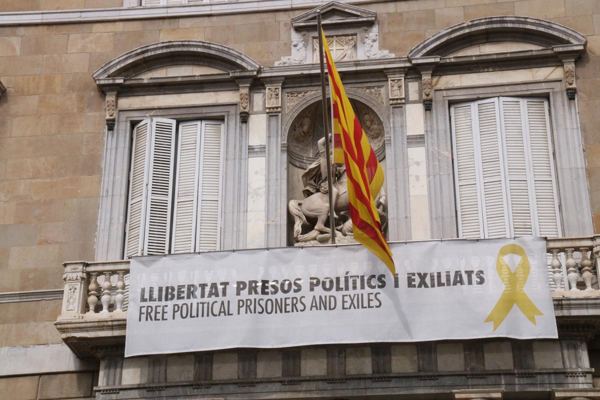 """Balcó del Palau de la Generalitat amb pancarta de """"llibertat presos polítics i exiliats"""""""