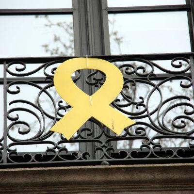 Un llaç groc penjat a la façana del Departament de Cultura, el 13 de març de 2019