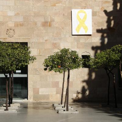 Un llaç groc penjat al Pati dels Tarongers de la Generalitat