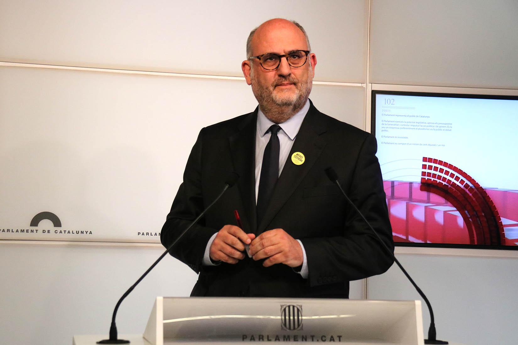 El portaveu de JxCat, Eduard Pujol, en roda de premsa al Parlament