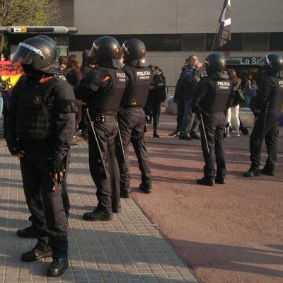 Mossos separen els antifeixistes dels membres de Vox a Badalona/ Twitter @PradesJordi