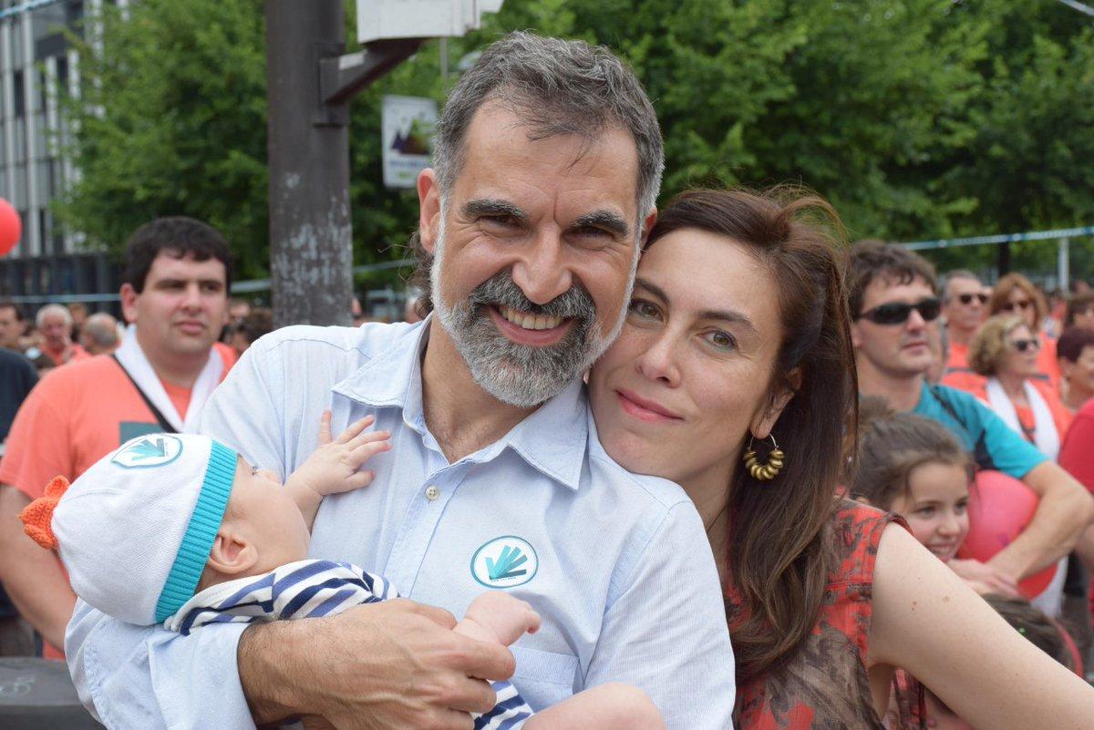 Jordi Cuixart i Txell Bonet, amb el seu primer fill/ Twitter @jcuixart