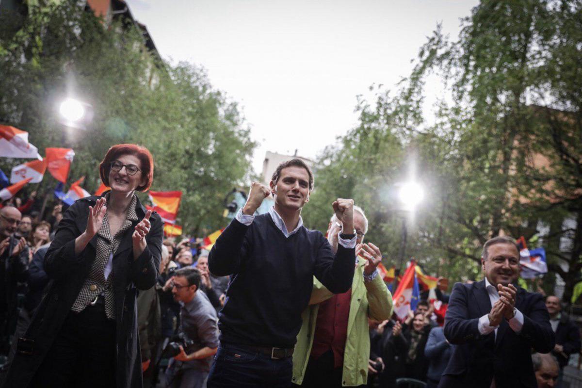 Pla americà del president de Cs, Albert Rivera, amb l'eurodiputada Maite Pagazaurtundúa a l'acte del partit a Errenteria, el País Basc, el 14 d'abril de 2019