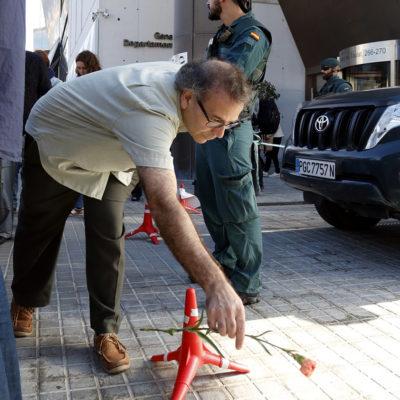Un home diposita un clavell al costat d'un agent de la Guàrdia Civil al Departament de Treball, Afers Socials i Famílies, el 20 de setembre del 2017