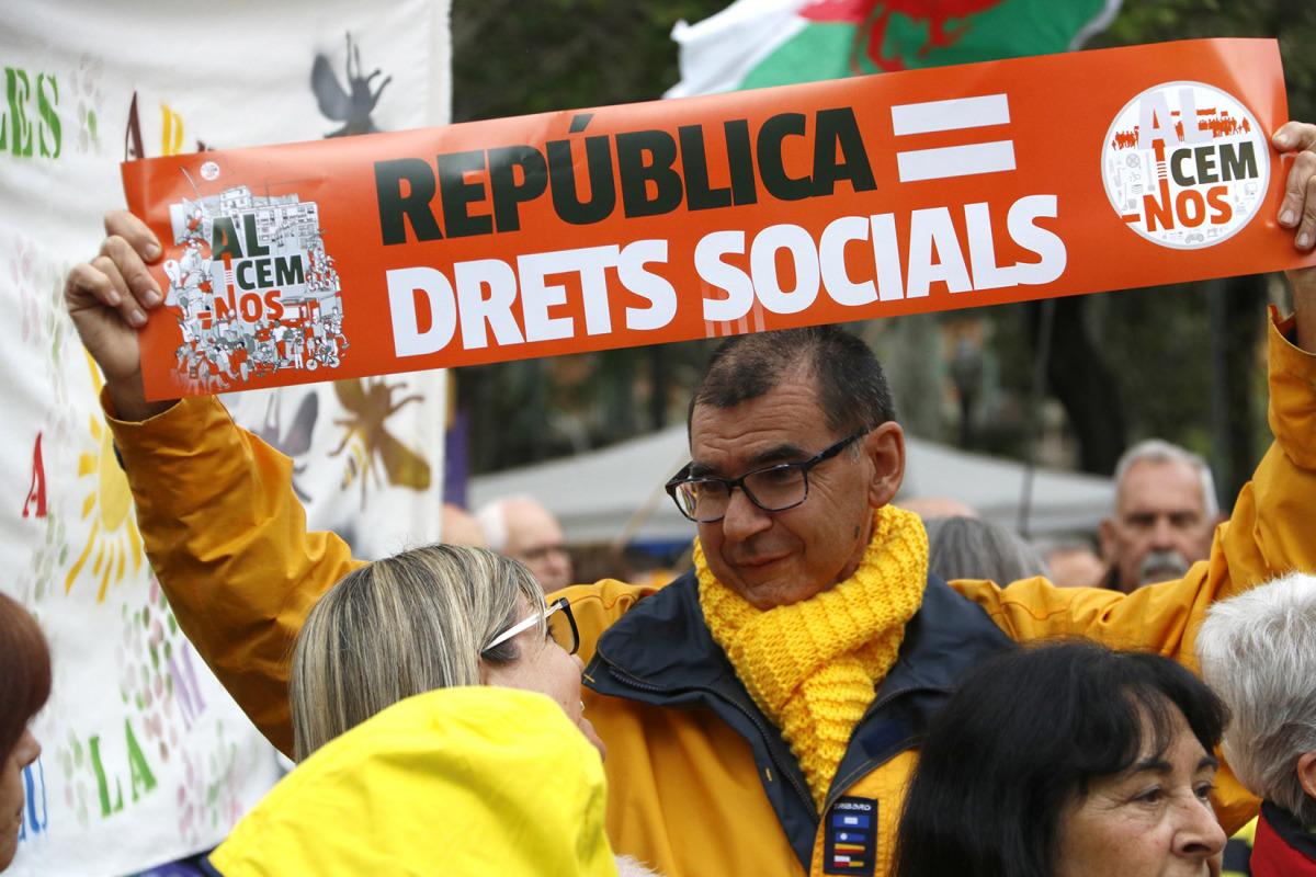 """Un dels participants a la manifestació per la """"República dels drets socials"""", amb l'ANC i la Intersindical-CSC al capdavant, l'1 de maig de 2018"""