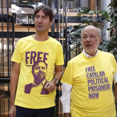 Els eurodiputats d'ERC Jordi Solé i Josep-Maria Terricabras, amb samarretes de suport als presos polítics al Parlament Europeu, a Estrasburg