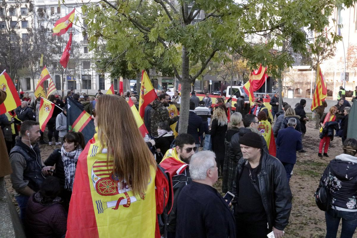 Un centenar de persones a la concentració organitzada per Borbonia per commemorar els 40 anys de la Constitució a Girona, el 6 de desembre del 2018