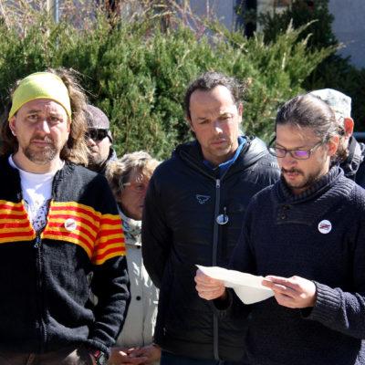 Els dos membres del CDR de Cerdanya Roger Juvé i Marçal Rocías, juntament amb Tomàs Sayes, un altre integrant que va ser investigat per uns altres fets i que llegeix un manifest