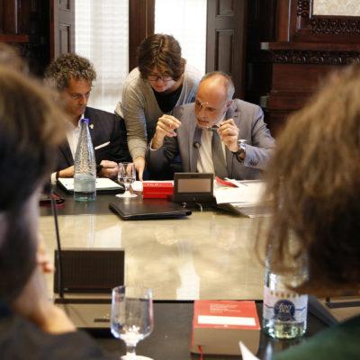 El lletrat major del Parlament, Joan Ridao, repassant papers en segon pla amb els diputats del PSC Ferran Pedret i Eva Granados en primer pla en una reunió de la Junta de Portaveus