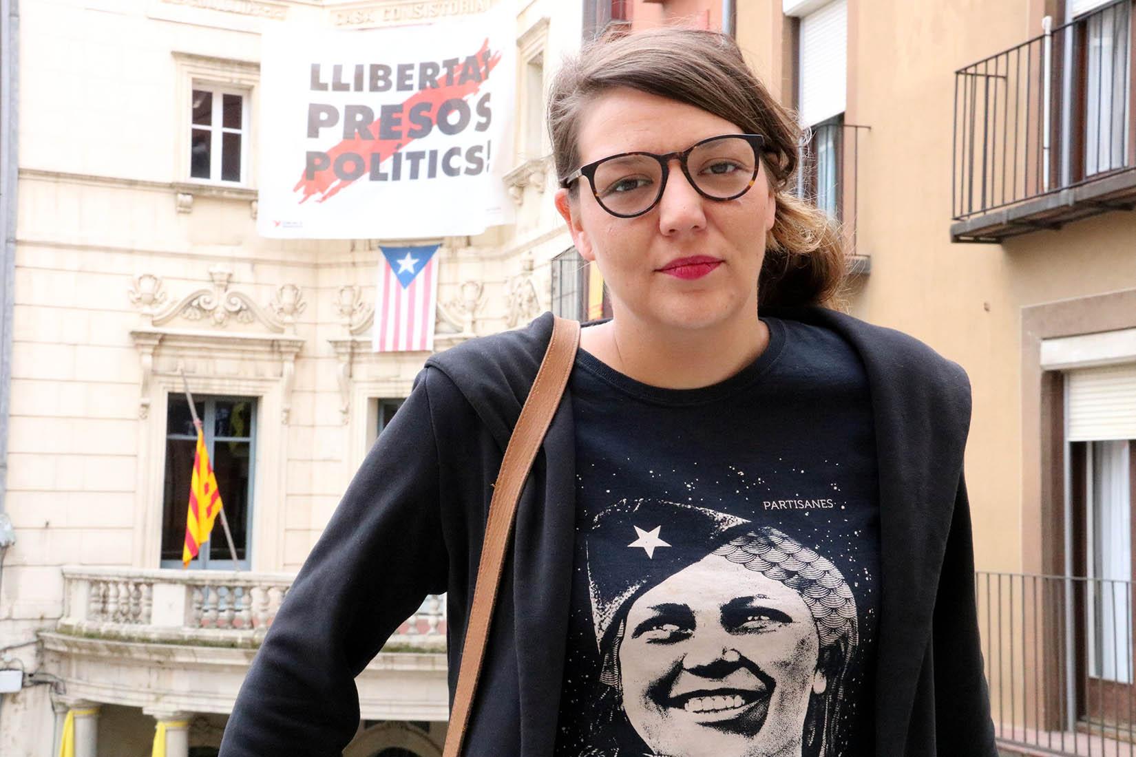 L'alcaldessa inhabilitada de Berga, Montse Venturós, davant de la façana de l'Ajuntament