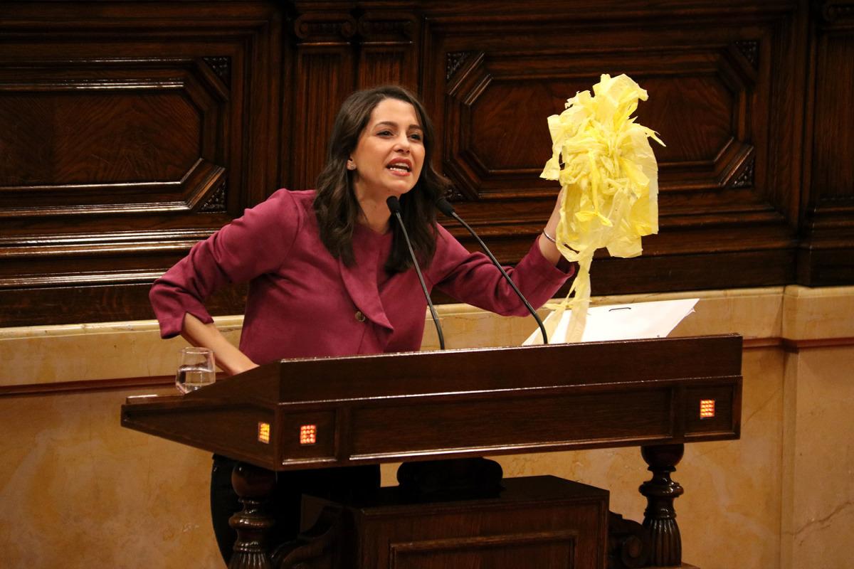 La líder de Cs, Inés Arrimadas, durant la seva intervenció al ple del Parlament amb un grapat de llaços grocs
