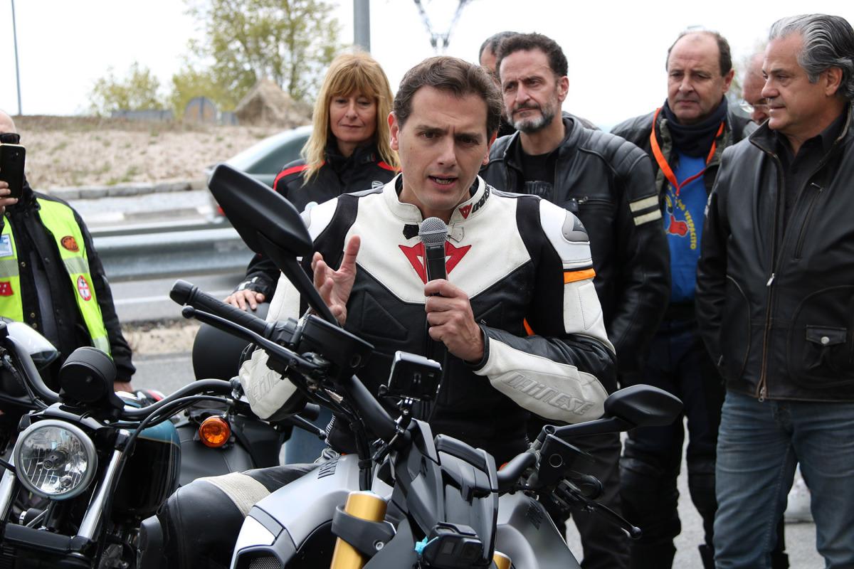 El president de Cs, Albert Rivera, pujat a una moto fent declaracions a la Sierra de Madrid