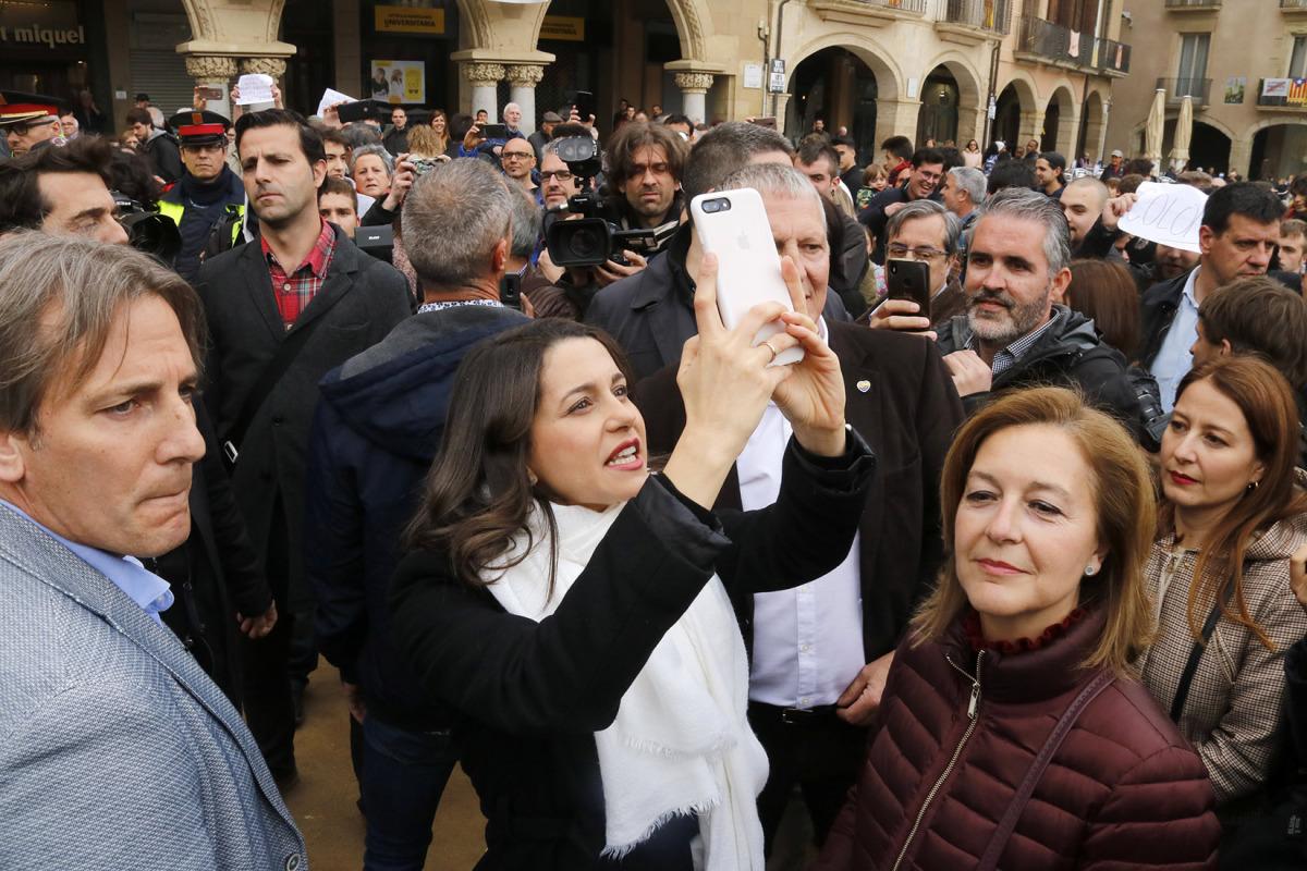 La candidata de Cs Inés Arrimadas enregistra amb el seu telèfon mòbil els balcons de la plaça Major de Vic, plens d'estelades
