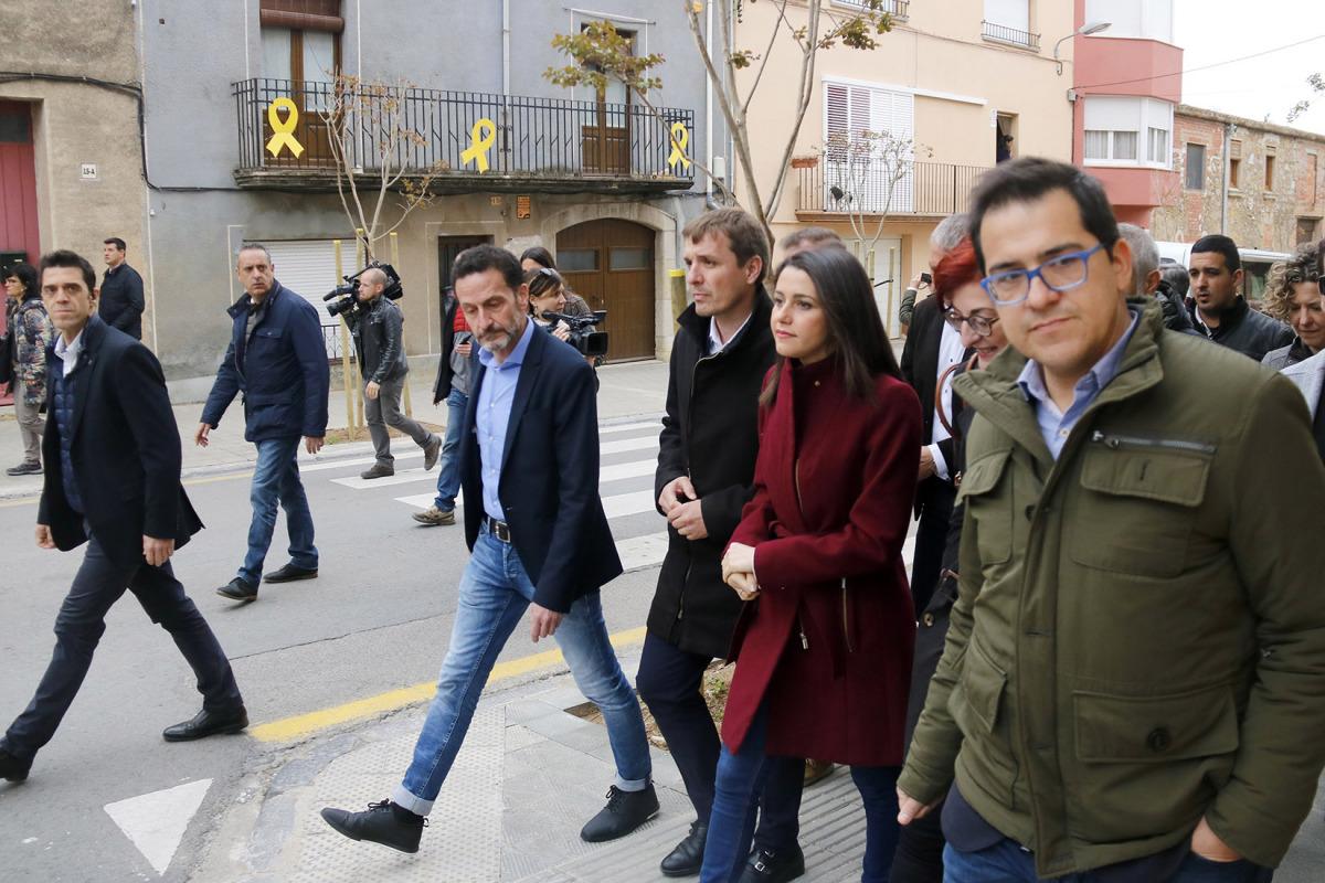 La candidata de Cs Inés Arrimadas passeja per Torroella de Montgrí, davant balcons amb llaços grocs