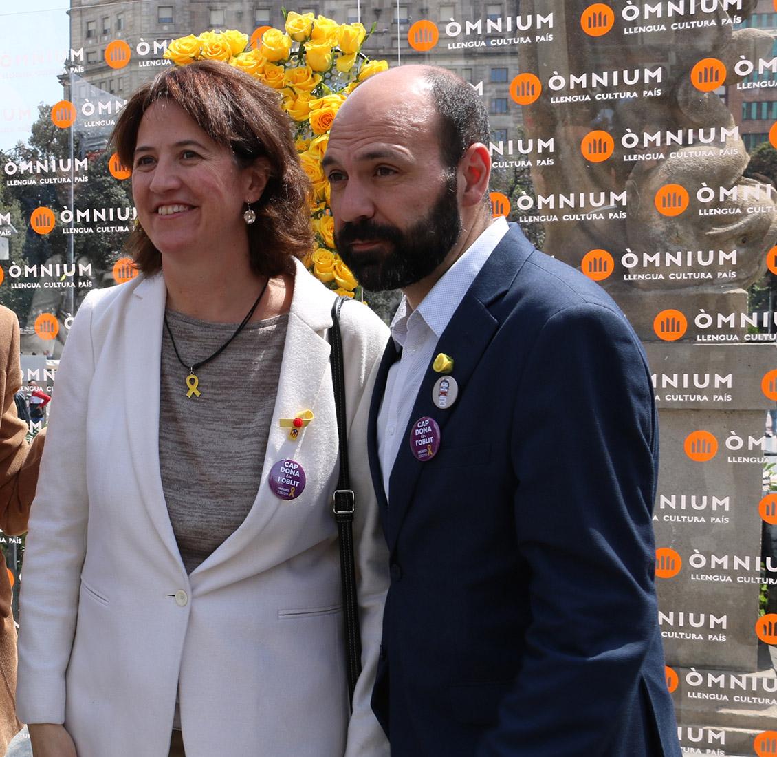 La presidenta de l'ANC, Elisenza Paluzie, amb el vicepresident d'Òmnium, Marcel Mauri, després de dipositar una rosa groga al mural de l'entitat