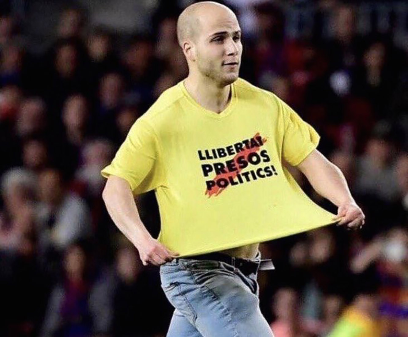 Àlex Aymerich, al Camp Nou, demanant la llibertat dels presos polítics/ Twitter @BassaMontse